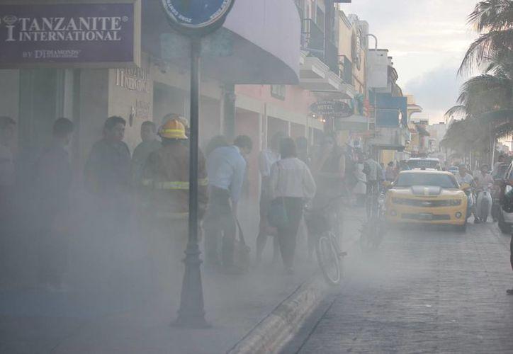 Cortina de humo provocada por un simulacro de robo en una joyería. (Gustavo Villegas/SIPSE)