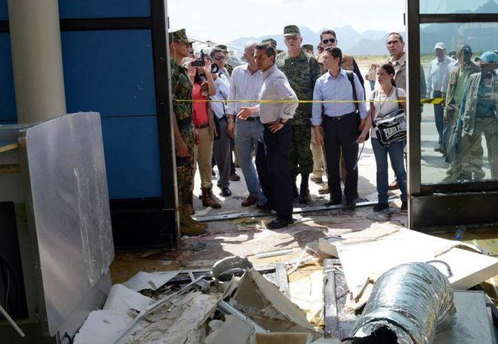 El presidente Enrique Peña Nieto realizó un recorrido por las zonas afectadas en BCS por el huracán Odile. (Notimex)