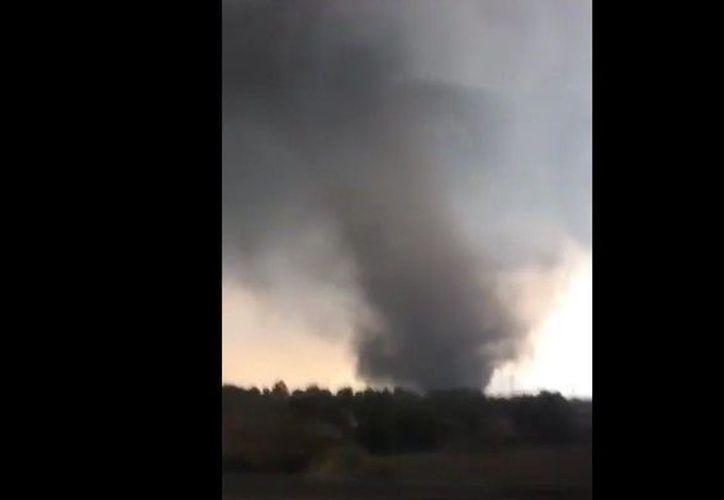 El usuario que grabó además emitió alerta por este tornado para que quienes pasan por este importante punto llamado Arco Norte tuvieran precauciones. (Twitter: @TornadosMexico)