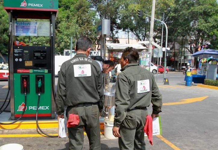 En sólo tres años, de 2012 a 2015, Pemex Refinación triplicó la importación de gasolina. (Archivo/Notimex)