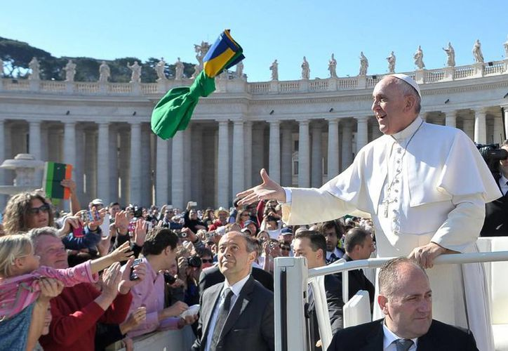 El Papa Francisco saluda a los fieles al llegar a la audiencia general de cada semana, hoy en la Plaza de San Pedro. (Foto AP/Gregorio Borgia)