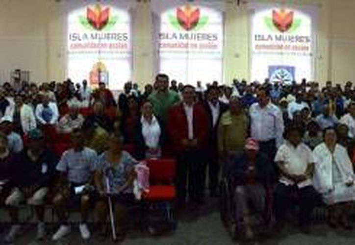 Las personas acudieron al Centro de Convenciones para recibir los beneficios. (Cortesía/SIPSE)