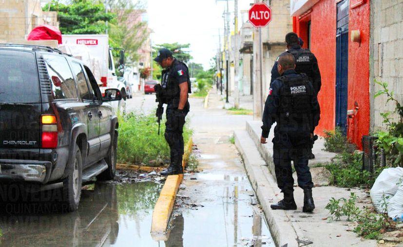 Los elementos detenían y revisaban autos que consideraban sospechosos, en Playa del Carmen. (Foto: Daniel Pacheco)