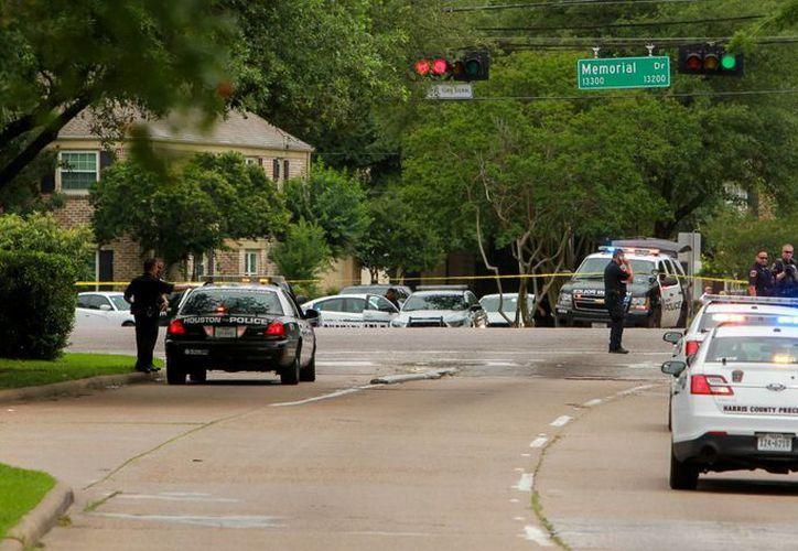 En Houston se registró este domingo una intensa movilización policiaca tras recibirse el reporte de un tiroteo. (AP)