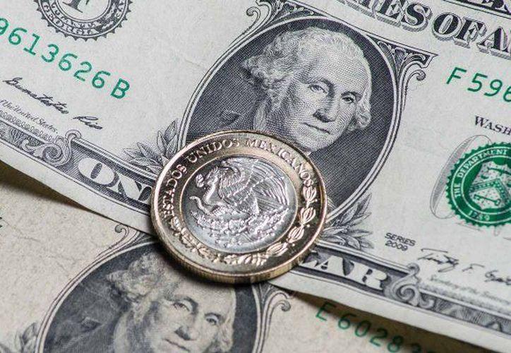 En algunas sucursales capitalinas el mínimo tipo de cambio fue de 16 pesos con 90 centavos. (Forbes México)
