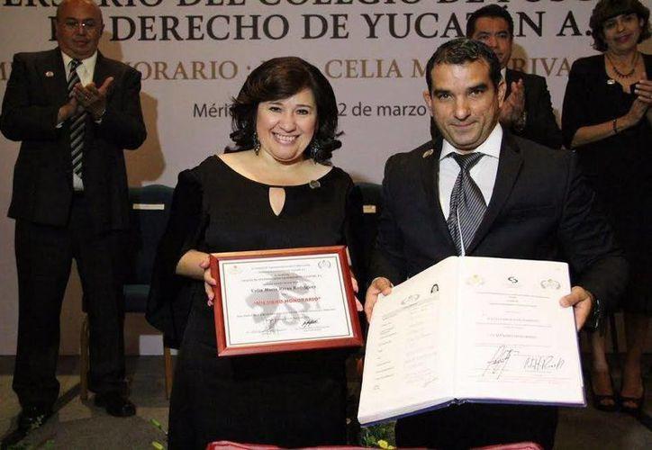 Celia Rivas, titular de la Junta de Gobierno del Congreso Estatal,  se convirtió este miércoles en la primera mujer en ser distinguida como Miembro Honorario de l Colegio de Posgraduados en Derecho de Yucatán (Copidey). (Foto cortesía del Gobierno de Yucatán)