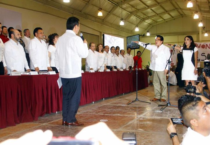 César Camacho, dirigente nacional tricolor, toma protesta a la nueva directiva estatal.(Juan Albornoz/SIPSE)