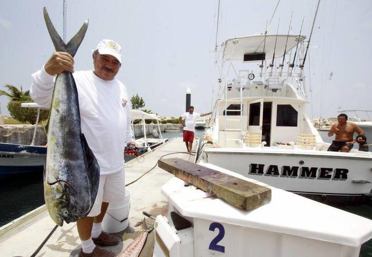 El profesor Joel Ho capturó al pez más largo, que midió 60 centímetros, y el maestro Jorge Rivero Díaz capturó al pez más pesado. (Milenio Novedades)