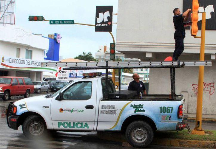 Una vez al mes se realiza una inspección a los semáforos en la ciudad. (Ángel Castilla/SIPSE)