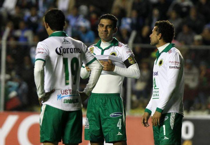 Márquez (c) es un veterano de las canchas, pero su amplia experiencia no le sirvió de nada al hacerse expulsar este martes en el partido Bolívar-León. (EFE)
