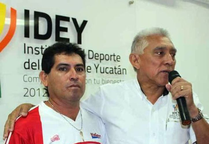 Ricardo Madera Rejón empezó desde los 15 años en el atletismo. Imagen del momento en que el representante de la Idey le entrega su reconocimiento. (Milenio Novedades)