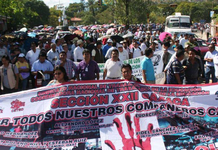 Los educadores oaxaqueños se manifestaron durante el informe de gobierno de Gabino Cué. (Notimex)