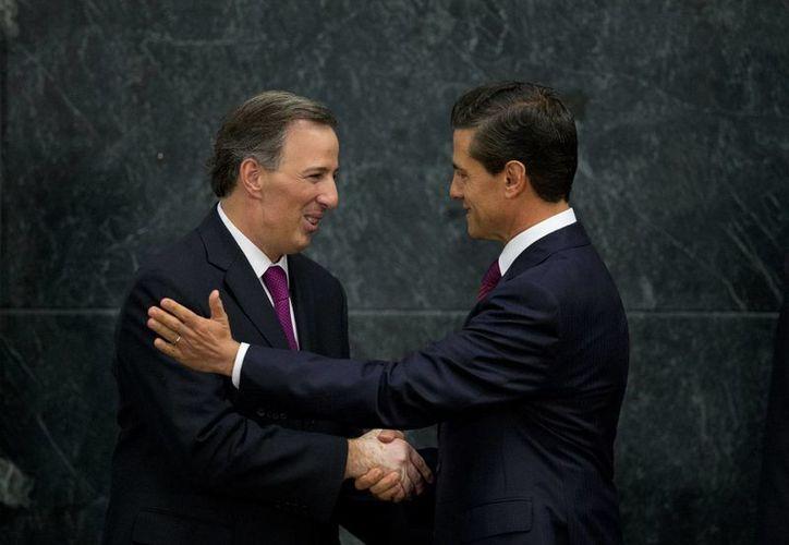 Peña Nieto saluda a José Antonio Meade Kuribreña, a quien designó como nuevo secretario de Desarrollo Social en sustitución de Rosario Robles. Antes, Meade se desempeñó como titular de Relaciones Exteriores. (AP)