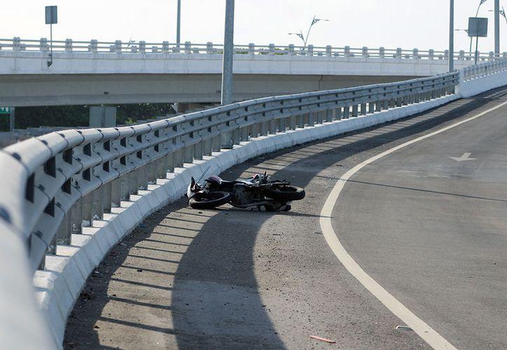 Un motociclista falleció tras ser arrollado por un vehículo fantasma, en la carretera Mérida-Progreso, arriba de un puente. (Gerardo Keb/SIPSE)
