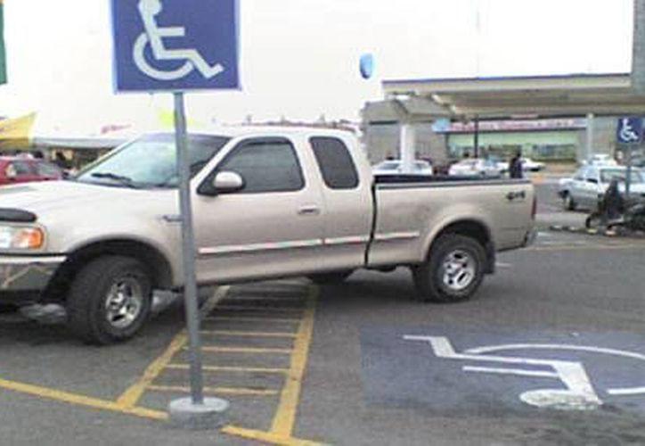A través de una campaña, se pretende hacer conciencia en el respeto de los espacios de estacionamiento destinados a personas con discapacidad. (Foto de contexto/Internet)