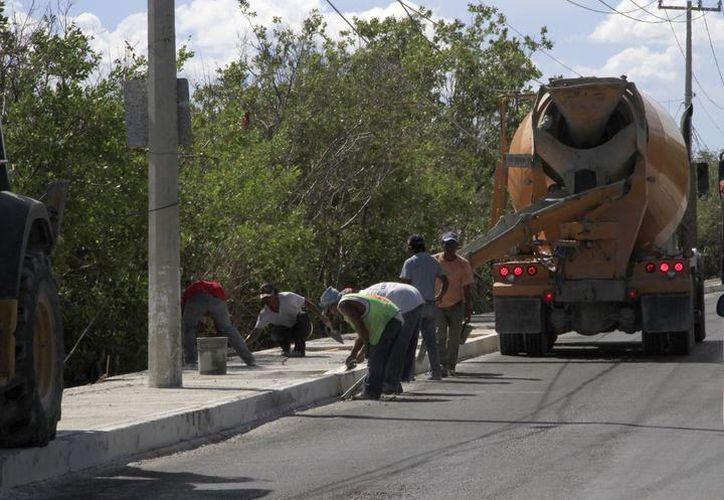 Trabajos en la colonia 23 de Enero, de Puerto Morelos como parte de un paquete que incluye pavimentación e inversión de ocho millones de pesos. (SIPSE)