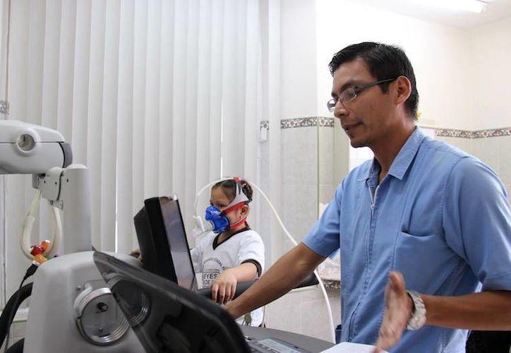 Ofrece Segey terapia a alumnos. (Milenio Novedades)