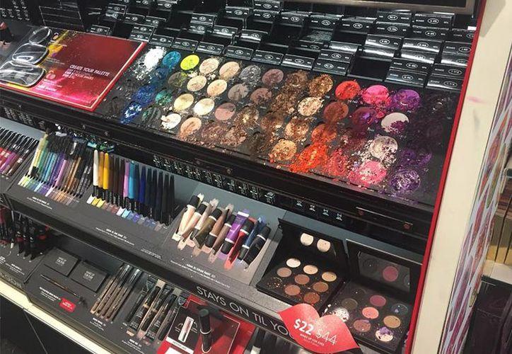 Los hechos ocurrieron el sábado por la noche, al interior de un afamado local de maquillajes de Estados Unidos. (Foto: Excélsior)