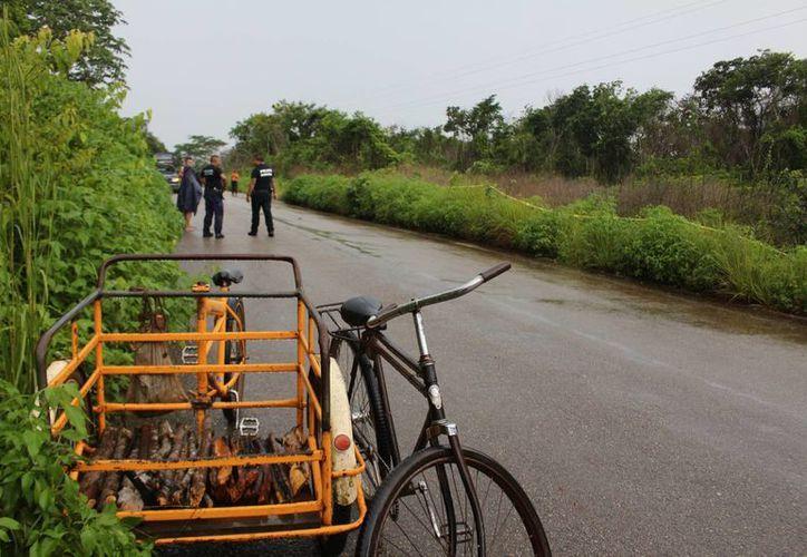El hallazgo del cuerpo fue rápido porque el triciclo en que viajaba lo dejó en la orilla de la carretera. (Benjamin Pat/SIPSE)