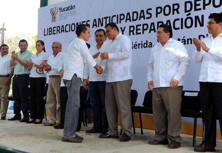 En el Cereso, tras levantarse el cerco sanitario, el gobernador Rolando Zapata entregó cartas de liberación a 52 internos. (Cortesía)