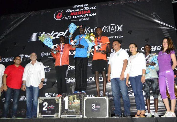 Imagen de la premiación de los ganadores del Medio Maratón Rock 'n' Roll Mérida 2016, de manos del gobernador de Yucatán, Rolando Zapata Bello. (SIPSE)