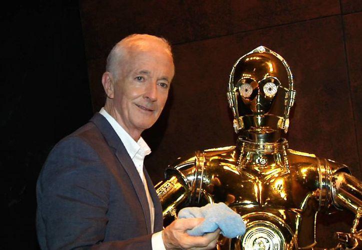 Anthony Daniels nunca ha sido tan famoso como C-3PO, el personaje que ha interpretado en todos los filmes de la saga de Star Wars y que reaparecerá en The Force Awakens (El despertar de la fuerza). (AP)