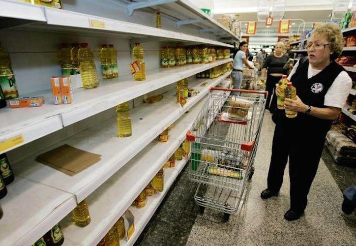 La acentuada escasez de insumos básicos es un mal que comienza a afectar la salud de los venezolanos. (EFE)