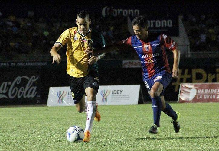 Venados FC regreso de atrás para conseguir el empate a dos goles frente a Potros de Hierro en el marco de la jornada 3 del Ascenso MX. En la foto, Luis Acuña (Izq) desborda a su marcador atlantista. (Foto tomada de Venados FC)