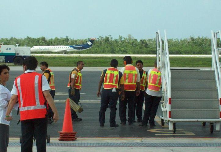 Personal de Aeropuertos del Sureste (Asur) realizó un simulacro de gabinete en Cozumel. (Irving Canul/SIPSE)