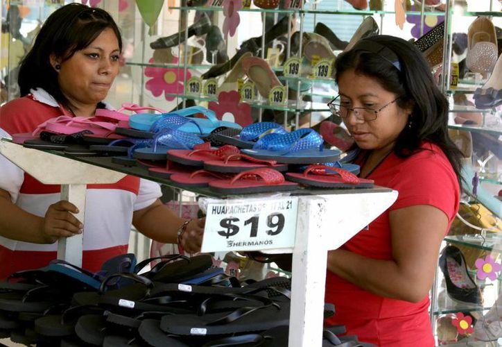El bajo presupuesto de los playenses favorece que cada vez más comercios opten por vender zapatos chinos por encima de los mexicanos. (Adrián Monroy/SIPSE)