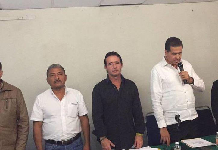 Imagen de cinco de los integrantes de la comisión especial para el caso Iguala. (twitter/@ErickAndrade07)