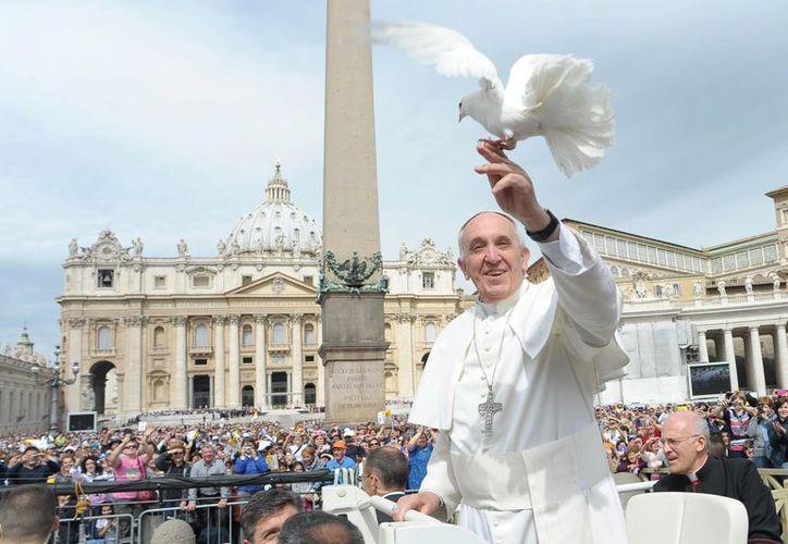 Francisco no ha abandonado los gestos de sencillez que han logrado conectarlo con la gente. (Vocesescritas.com.ar)