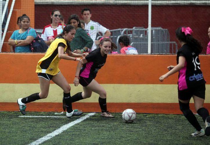 En las eliminatorias de la Copa Faro Giro disputadas ayer, se vivieron jugadas emocionantes. (Amilcar Rodríguez/SIPSE)