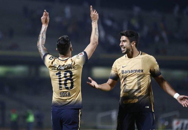 El futbolista naturalizado mexicano fue el autor del primer gol de Pumas en su primer partido en la Copa Libertadores. En la foto, Ismael Sosa celebra la anotación junto a Eduardo Herrera.(AP)