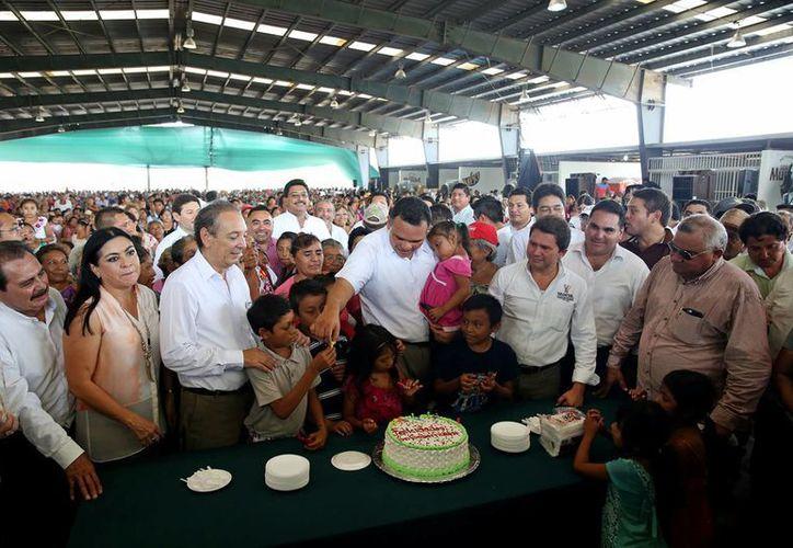Pastel y las 'Mañanitas' hubo para Rolando Zapata Bello por su cumpleaños número 48. (Cortesía/ Gobierno del Estado)