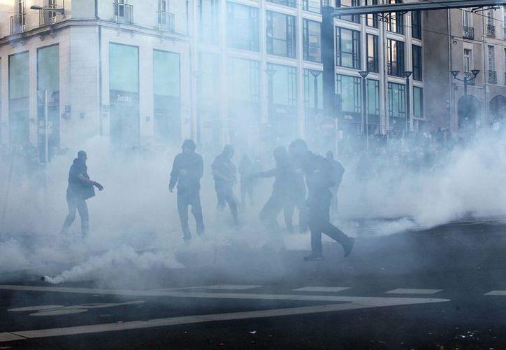 Los agentes lanzaron gas lacrimógeno contra los manifestantes que se encontraban en Nantes, oeste de Francia. (Agencias)