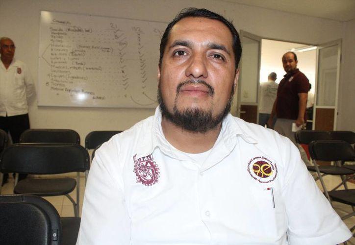 El director del Centro de Educación Continua (CEC) de Cancún, Hiram Flores Valdez. (Sergio Orozco/SIPSE)
