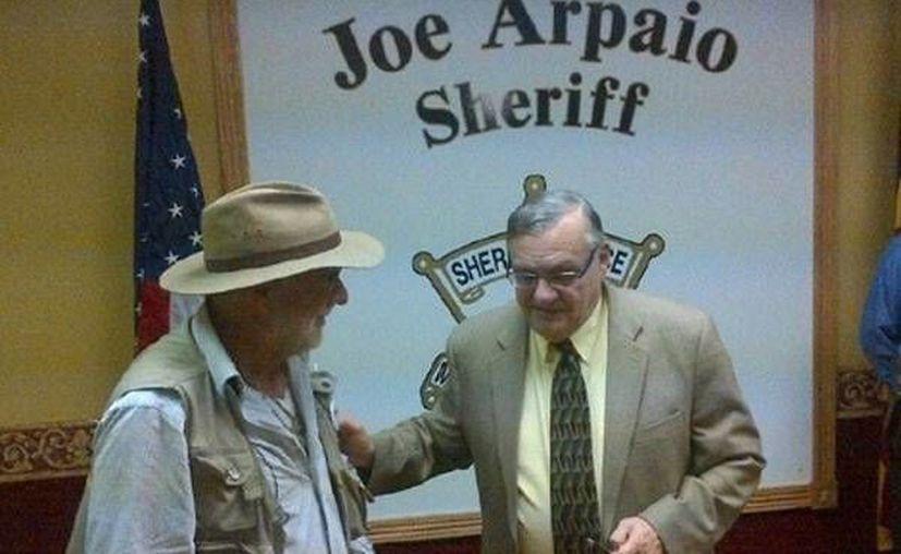 Arpaio ha recibido numerosas amenazas de muerte. En la imagen a aparece acompañado del poeta mexicano Javier Sicilia (izq.). (Archivo/SIPSE)