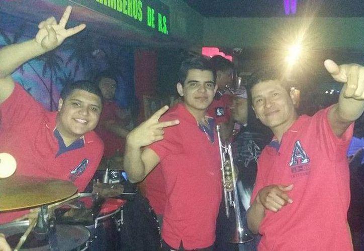 'El Chicken' (izq.), baterista del grupo Los Kumbiamberos, fue secuestrado en pleno escenario. El cadáver del músico fue encontrado horas después; tenía huellas de tortura. (Facebook/Los Kumbiamberos RS)