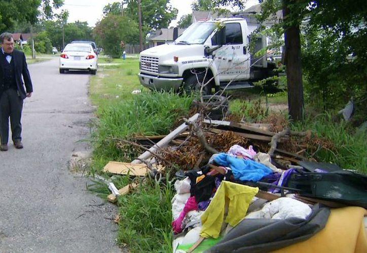 El doctor Peter Hotez al hacer un recorrido por los barrios más pobres de Houston. (Agencias)