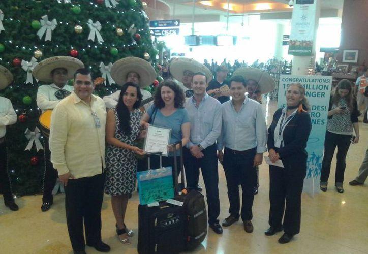 La pasajera, Heather Albert Knopp, fue recibida en el Aeropuerto Internacional de Cancún. (Yajahira Valtierra/SIPSE)