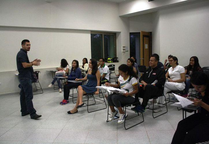 Los jóvenes son apoyados con becas para realizar estudios académicos en otra escuela. (Octavio Martínez/SIPSE)