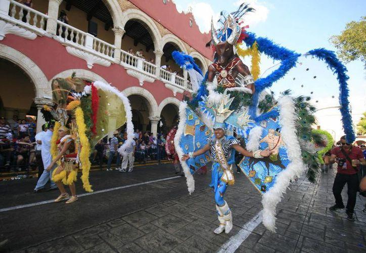 Una de las comparsas participantes en el Domingo de Bachata, a su pasado por el Palacio Municipal. (Jorge Sosa/SIPSE)