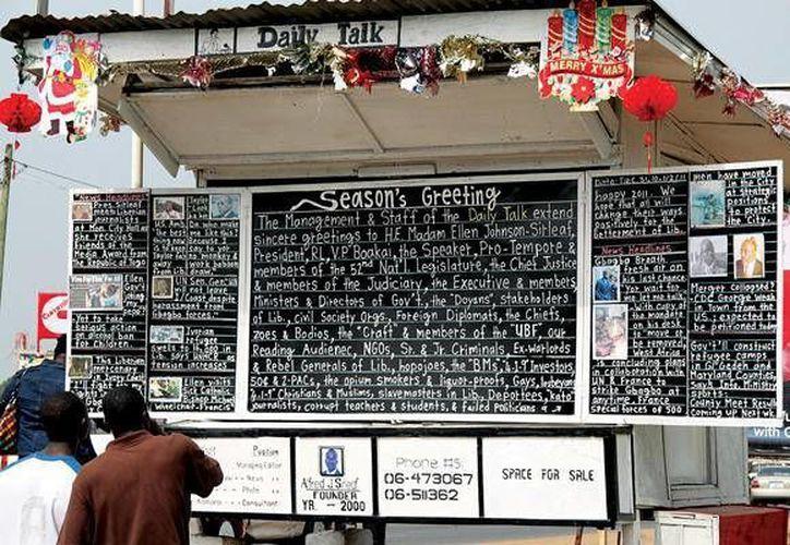 El diario callejero 'Daily Talk' es 'publicado' diariamente en pizarrones en una calle central de la capital de Liberia, Monrovia. (wakeupnews.eu)