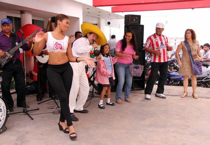 La agrupación Rukos Night de Ches realizó un espectáculo en las instalaciones de MILENIO NOVEDADES y De Peso para invitar a la gente a donar. (Milenio Novedades)