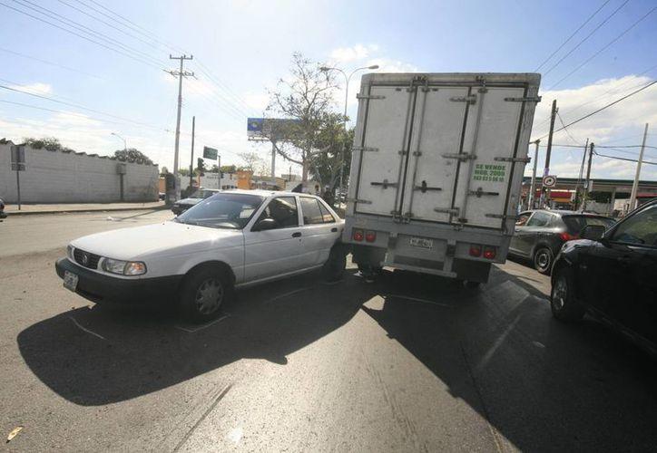 Tsuru intenta cambiar de carril en la Avenida Jacinto Canek y causa un choque. (Jorge Sosa/SIPSE)
