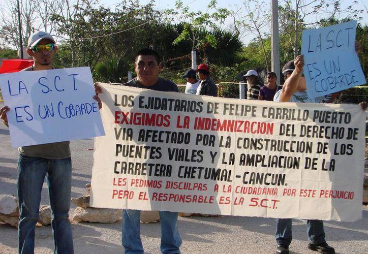 Los habitantes afectados exigen que la SCT se responsabilice por los daños. (Manuel Salazar/SIPSE)