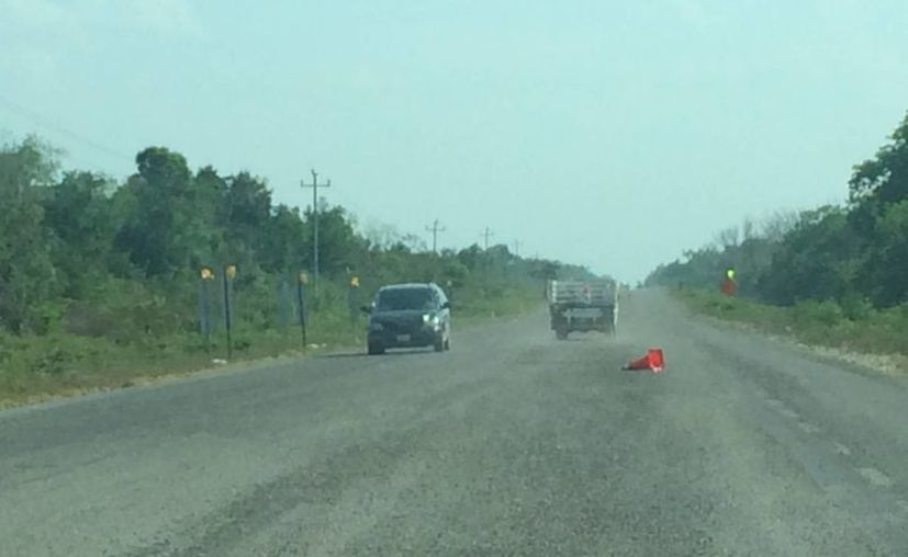 A lo largo de siete kilómetros hay gravilla suelta que además de hacer lento el tráfico, ponen en riesgo a quienes la transitan. (Redacción/SIPSE)