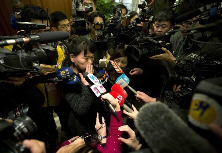 Familiares de personas que abordaron el avión de Malaysia Airlines que lleva cuatro días desaparecido ofrecen una conferencia de prensa para detallar cómo serán compensados. (Agencias)
