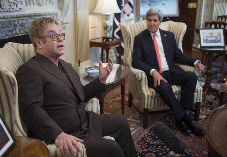 El secretario de Estado estadounidense, John Kerry y el cantante británico Elton John, durante su reunión en el Departamento de Estado en Washington. (EFE)